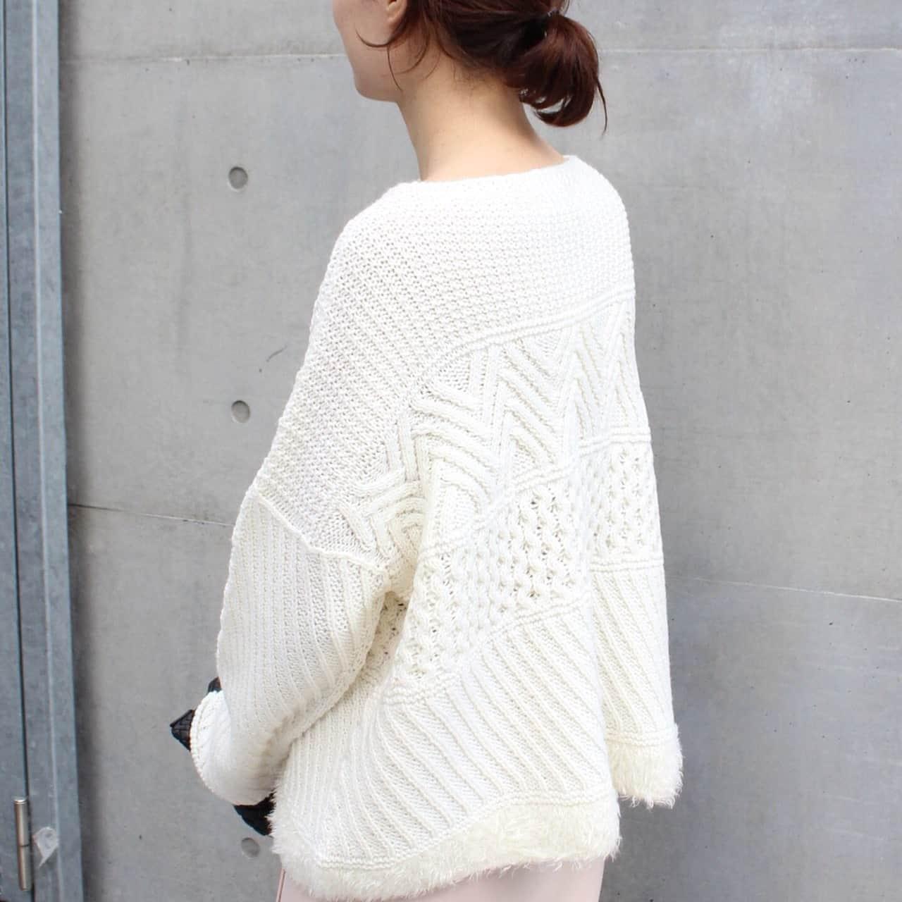 白アランニット裾フェザー使い ピンクスカート 黒バッグ