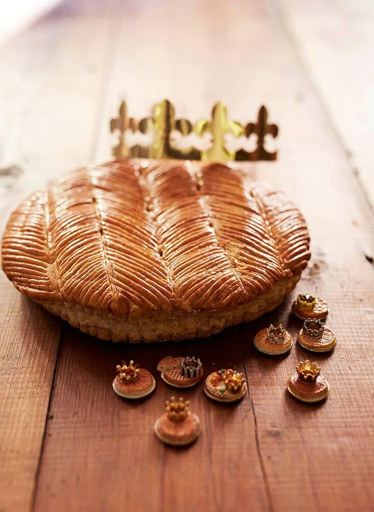 丸い茶色いケーキ 奥に金の冠 手前フェーブ8個