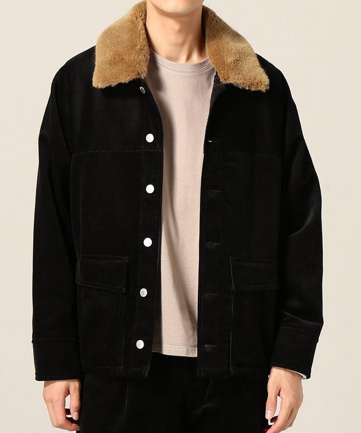 黒ジャケット衿茶色 ベージュTシャツ着用