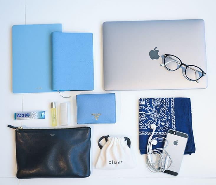 手帳、Macなどバッグの中身 プラダの名刺入れ、水色ノートなど