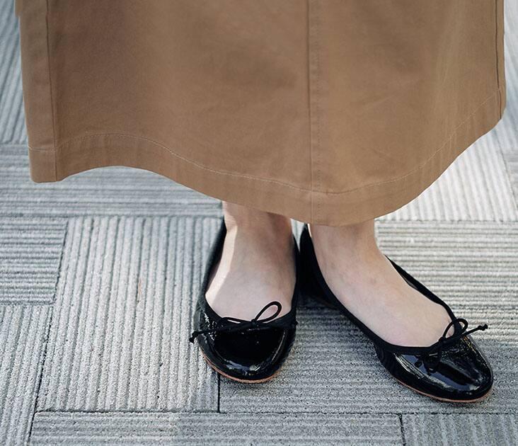 SLOBE足元 黒バレエシューズ ベージュスカート