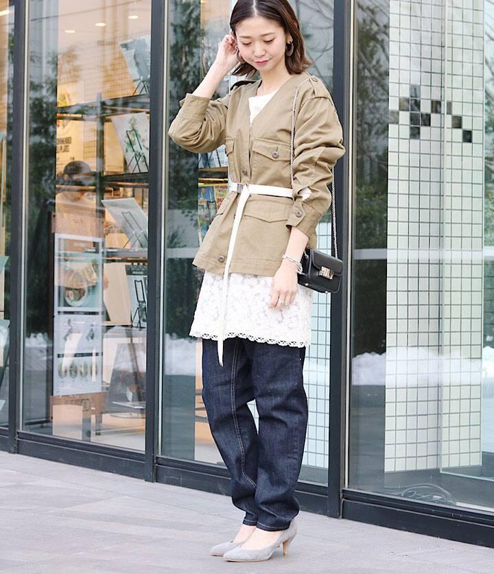 SLOBE全身 カーキジャケット 白レースチュニック 濃デニムパンツ ベージュパンプス