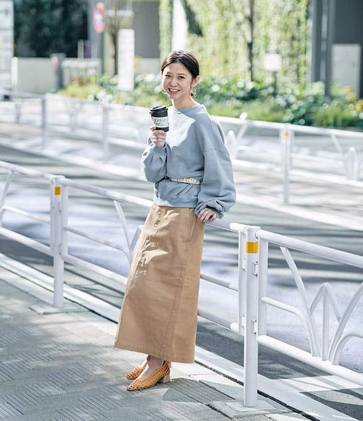 SLOBE横井さん 全身 水色スウェット 細ベルト ベージュロングスカート