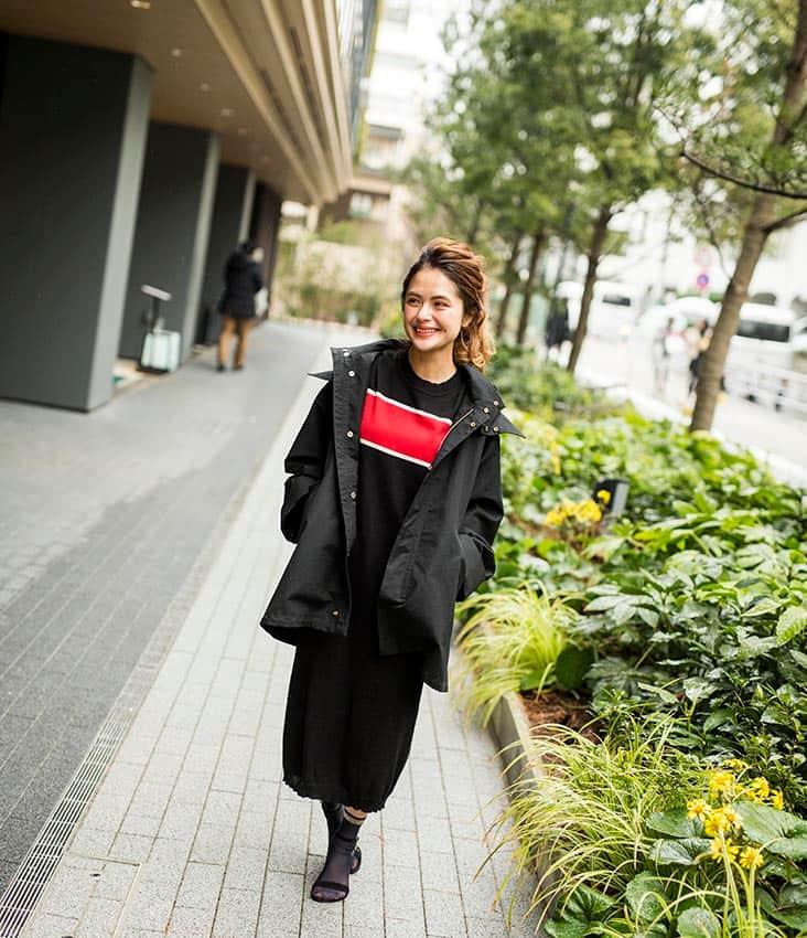 Spick稲葉さん全身 黒ブルゾン 黒×赤インナー 黒スカート
