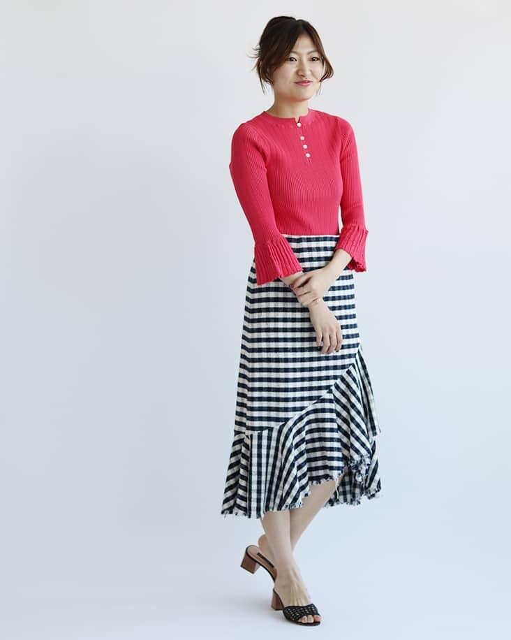 IENAピンク袖フリルリブニット チェックタイトスカート着用