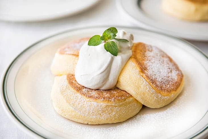 白い皿 パンケーキ