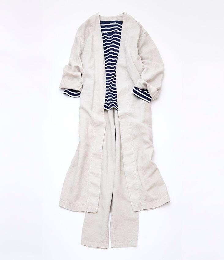 白コート 白パンツ 紺ボーダーカットソー 静物