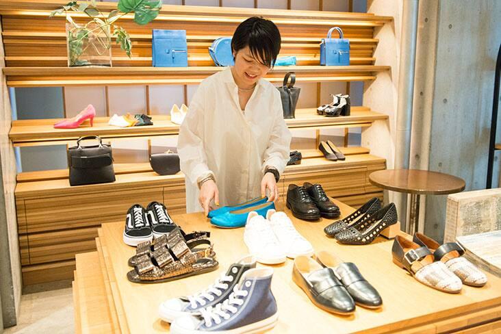 ジャーナル我妻さん 白シャツ着用 店内靴選んでいるところ