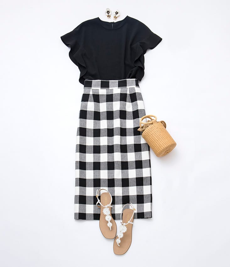黒フリル袖トップス 黒白チェックロングタイトスカート かごバッグ 花サンダル