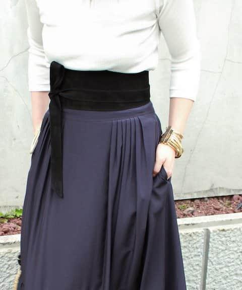 合わせるだけで存在感のあるサッシュベルト、今季は特に幅の広い太めサイズに注目。コンパクト&タイトめのトップスにフレアスカートを合わせたスタイリングに添えて