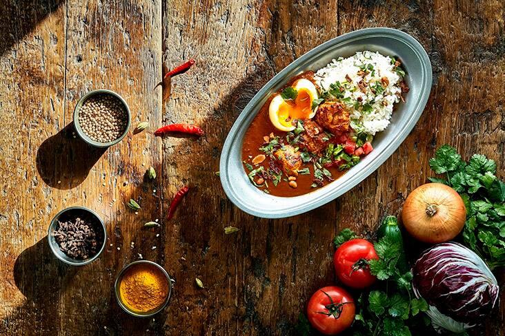 ゆで卵いりカレー イメージカット お皿のまわりに野菜など