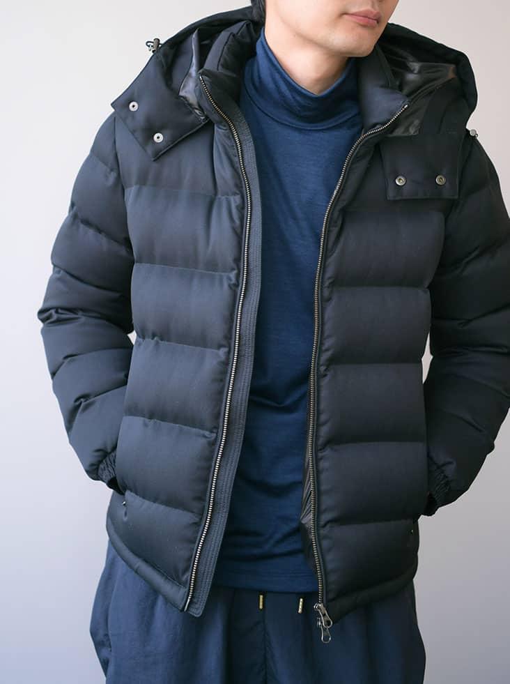 黒ダウンジャケット着用カット インナーネイビー