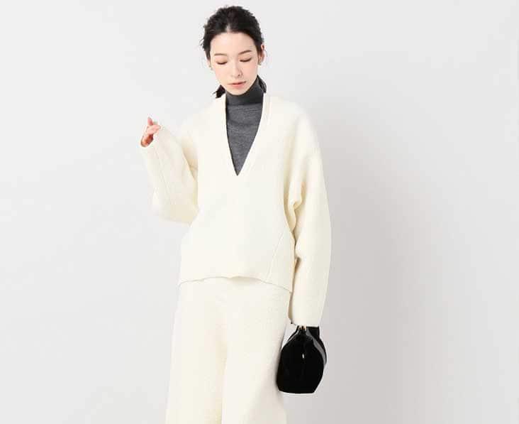 白Vネックニット 白スカート チャコールタートル着用
